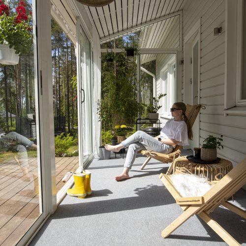 nainen istumassa tuolilla terassilla