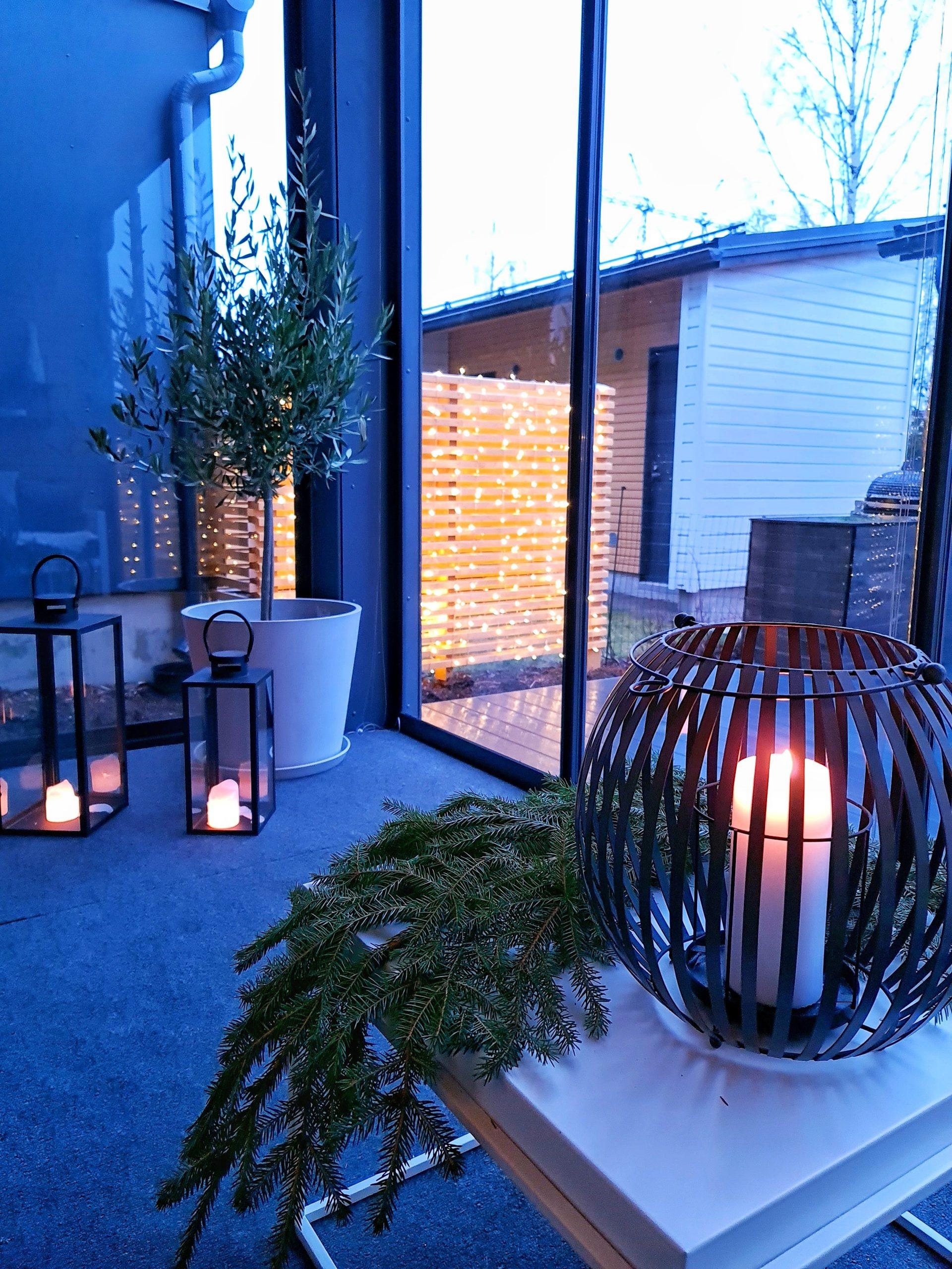 terassi jossa on kynttilöitä ja havuja ja termomatto